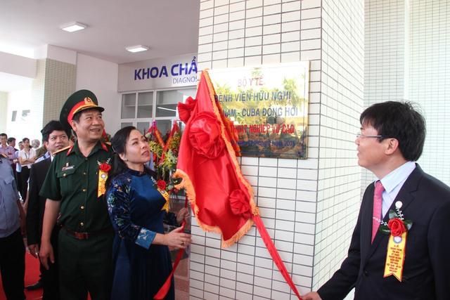 Cắt băng khánh thành khu kỹ thuật 7 tầng của Bệnh viện Hữu nghị Việt Nam - Cu Ba Đồng Hới. Ảnh: VQ