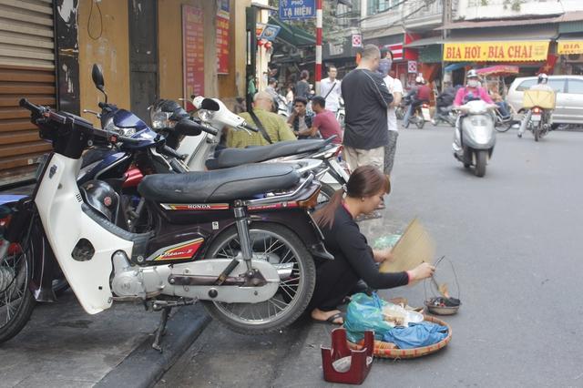 Những con mực khô làm mồi nhậu được chế biến ngay dưới lòng đường trên phố Tạ Hiện.