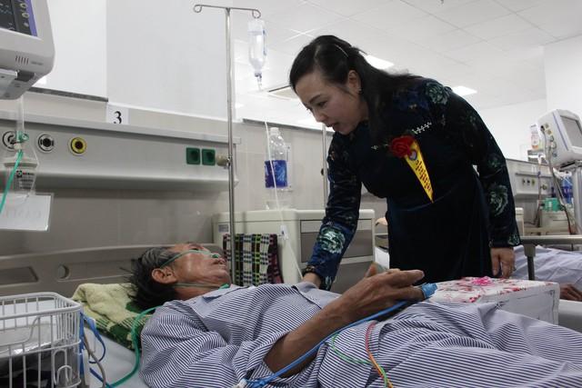 Bộ trưởng Nguyễn Thị Kim Tiến tặng quà cho bệnh nhân đang điều trị tại khoa tim mạch mới xây dựng của bệnh viện