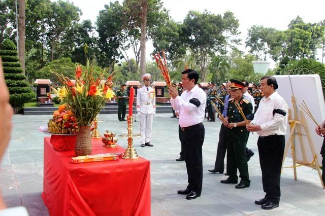Ủy viên Bộ Chính trị, Bí thư Thành ủy TP.HCM Đinh La Thăng đã tới đặt vòng hoa viếng và thắp hương cho các hài cốt liệt sĩ. Ảnh : Chí Thạch