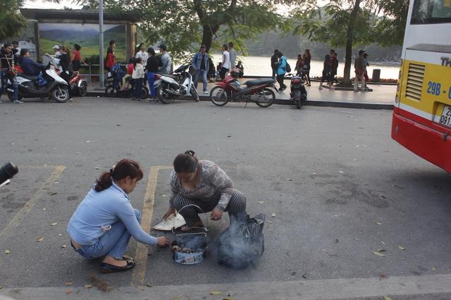 Bên ven hồ Hoàn Kiếm, những xiên chả nướng đang được chế biến nghi ngút khói tại lòng đường.