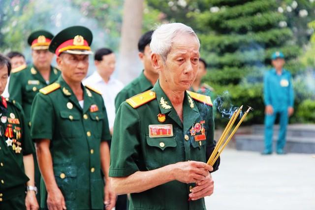 Các đoàn đại biểu Đảng ủy Quân đoàn 4, Bộ Tư lệnh TP, thân nhân các liệt sĩ cũng lần lượt đặt vòng hoa viếng. Ảnh : Chí Thạch
