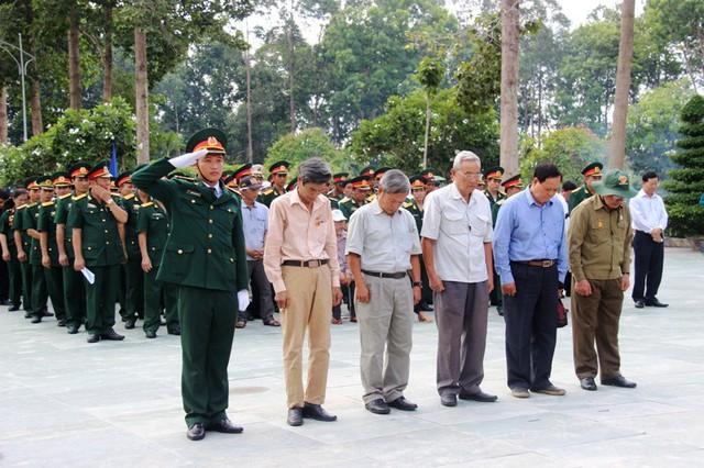 Những cựu chiến binh tới thắp hương cho các đồng đội của mình đã mãi nằm lại ở chiến trường. Ảnh : Chí Thạch