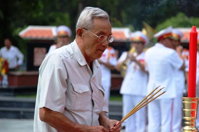 Một cựu binh xúc động khi đồng đội đã được đưa về quy tụ ở nghĩa trang liệt sĩ. Ảnh : Chí Thạch