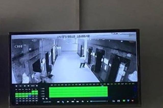 Hệ thống camera tòa nhà cho thấy có một người đàn ông đi sau chị H. vào thang máy thời điểm xảy ra vụ việc.