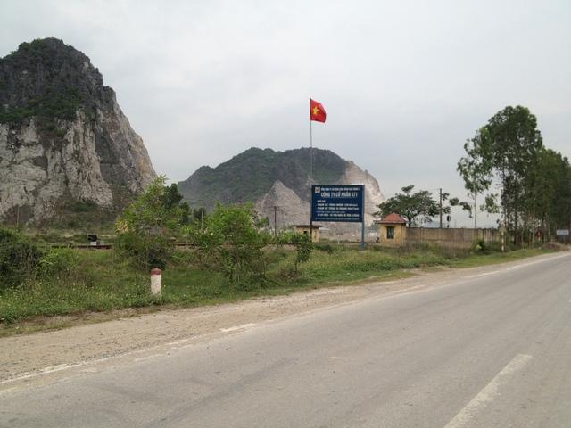 Bên trong mỏ đá Trường Lâm (xã Trường Lâm, huyện Tĩnh Gia) là một cở sở băm dăm không phép đã hoàn thiện dây chuyền và sản xuất băm dăm như là sự thách thức pháp luật. Ảnh: Hà Châu