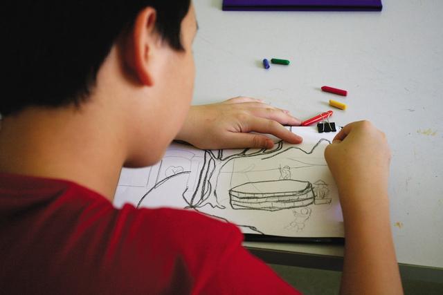Nhiều em tỏ ra thích thú và có sự tập trung rất cao khi học vẽ.