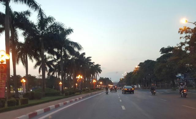Một con phố sử dụng đèn chiếu sáng truyền thống. Ảnh: HC