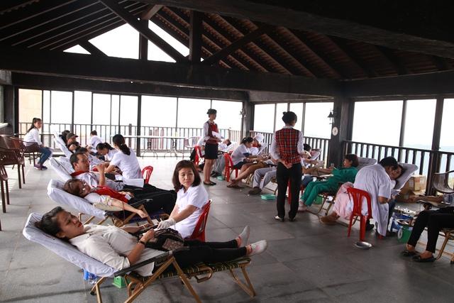 Các nhân viên và du khách tham gia hiến máu nhân đạo. Ảnh: Đức Hoàng