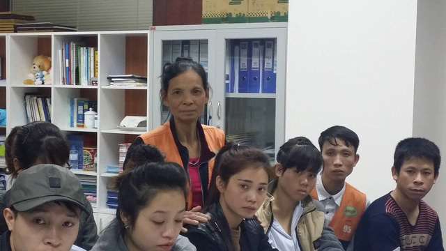 Bà Lan đang hỏi bác sĩ về bệnh Thalassamie