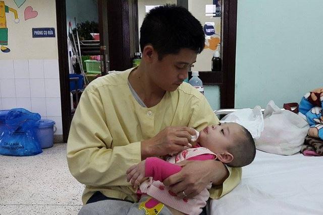 Vợ chồng anh Thắng đã phải cắm nhà để lo tiền điều trị cho con. Ảnh PT