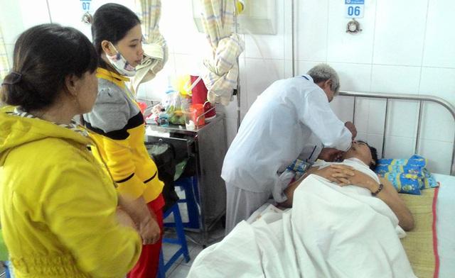 Anh Lê Phước Lê may mắn sống sót và được các bác sĩ kịp thời phẫu thuật, hiện đang ổn định. Trong ảnh: Bố ruột anh Lê vội đi từ Huế vào TP.HCM để tự tay chăm con.