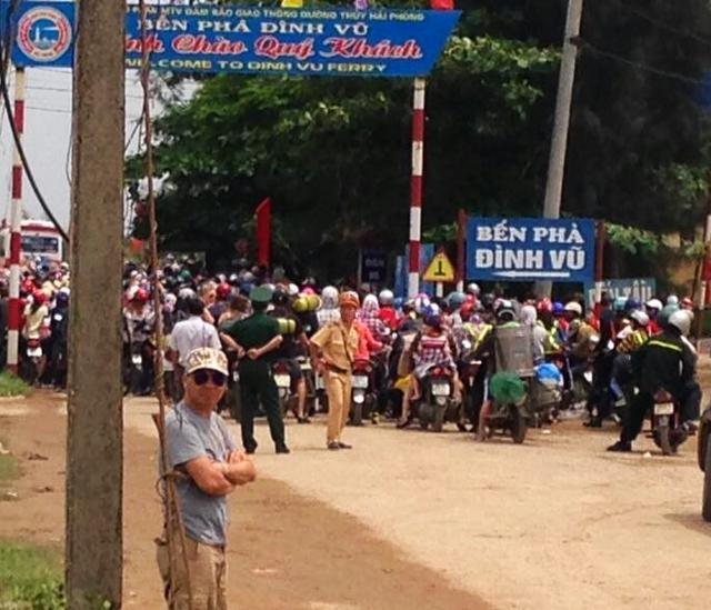 Tắc đường cục bộ kéo dài hàng giờ tại bến phà Đình Vũ trong ngày đầu tiên kỳ nghỉ lễ. Ảnh: Mai Lâm