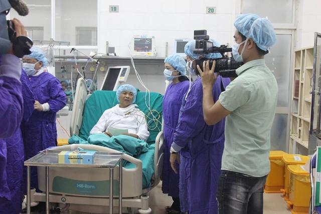 Bệnh nhân được ghép gan tỉnh táo trò chuyện cùng lãnh đạo Bộ Công an, Bộ Y tế. Ảnh: V.Thu