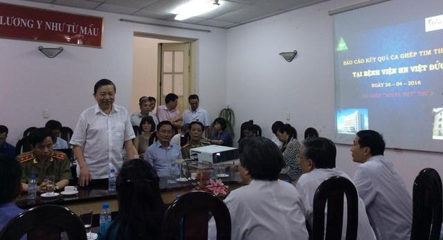 Thượng tướng Tô Lâm, Bộ trưởng Bộ Công an đồng ý hỗ trợ cho Trung tâm Điều phối quốc gia về ghép bộ phận cơ thể người hai thùng bảo quản tạng, trị giá mỗi thùng là 115.000 USD. Ảnh: V.Thu