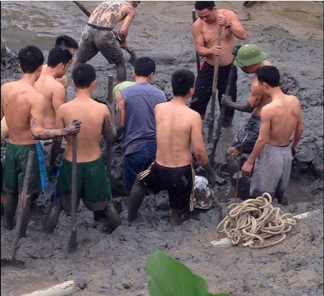 Đại đội công binh đang đào ao để di chuyển 4 quả bom ra khỏi khu vực dân cư. Ảnh: ĐMS