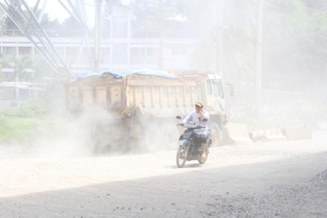 Xe tải, xe đầu kéo ra vào trạm nghiền xi măng liên tục khiến bụi đường bốc mù mịt. Ảnh S. Đông.