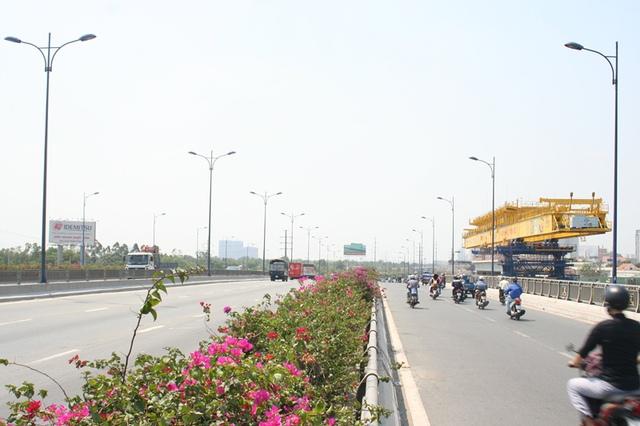 Chỉ cần đến giữa cầu Rạch Chiếc, người đi đường sẽ cảm nhận ngay vẻ đẹp xanh sạch và thân thiện của xa lộ Hà Nội.