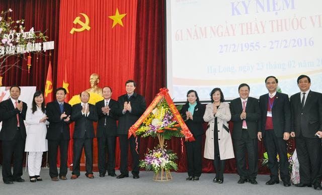 Bộ trưởng Bộ Y tế Nguyễn Thị Kim Tiến tặng lẵng hoa chúc mừng cho lãnh đạo Sở Y tế, Bệnh viện Sản Nhi Quảng Ninh (Ảnh: BQN)