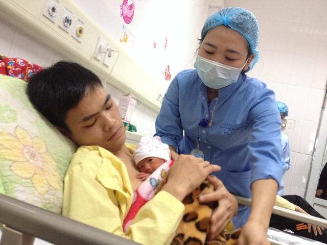 Chăm sóc trẻ sơ sinh non tháng bằng phương pháp da kề da, kangaroo (Ảnh: V.Thu)