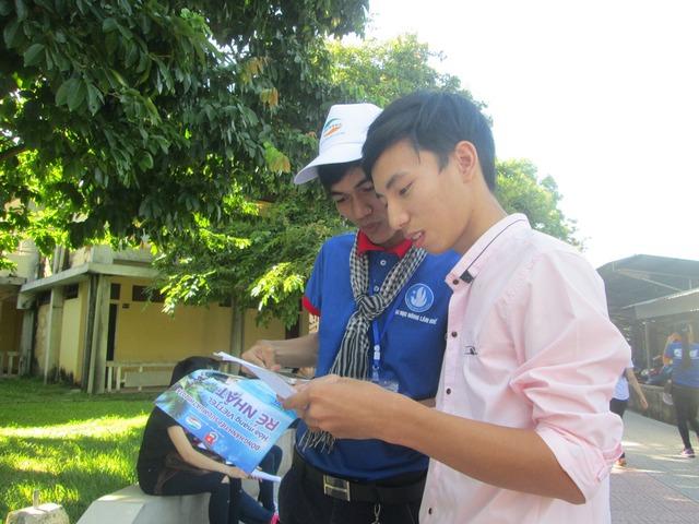 Các bạn sinh viên trong Đội Tiếp sức mùa thi tại Thừa Thiên - Huế cũng rất tận tình giúp đỡ các sĩ tử. Ảnh: Lê Chung