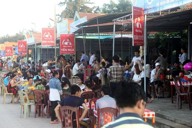 Các nhà hàng hải sản ven biển Cửa Lò chật cứng khách