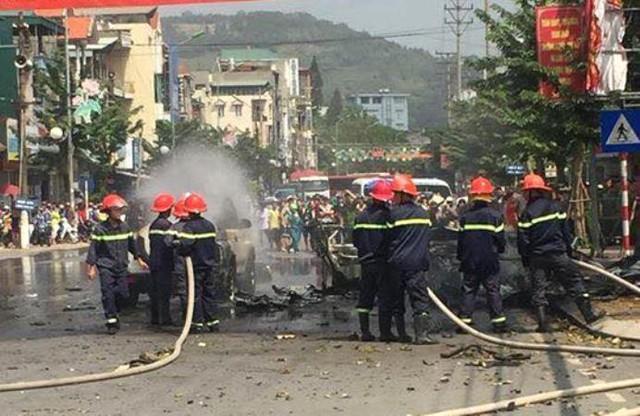 Lực lượng Cảnh sát PCCC đang tích cực dập lửa. Ảnh: CTV