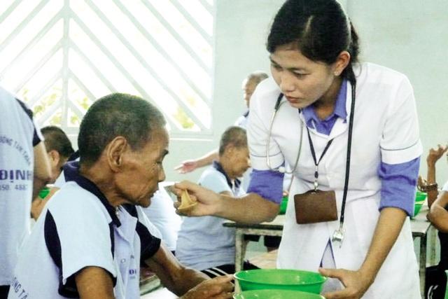 Chị Phương Thúy tận tình chăm sóc bệnh nhân. Ảnh: Internet