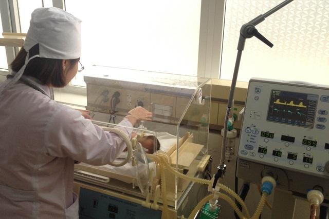 Chăm sóc cho trẻ sơ sinh thiếu tháng, nhẹ cân tại Khoa Sơ sinh, Bệnh viện Sản Nhi Bắc Giang (Ảnh: V.Thu)