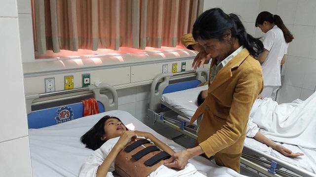 Suốt 14 năm bệnh tật chị Hồng một mình chăm sóc cháu Thương. Ảnh P.T