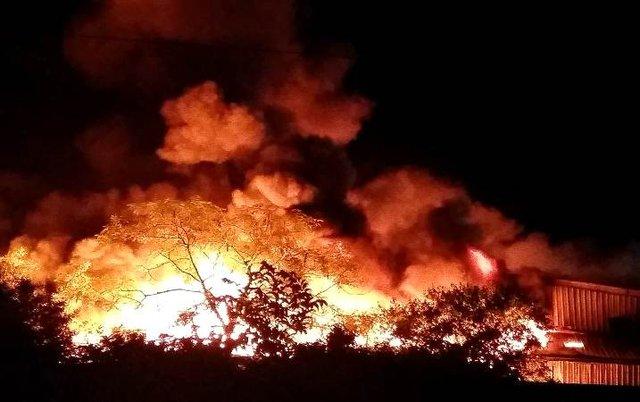Công ty sản xuất nến Aroma đang chìm trong biển lửa. Ảnh: M. Lý