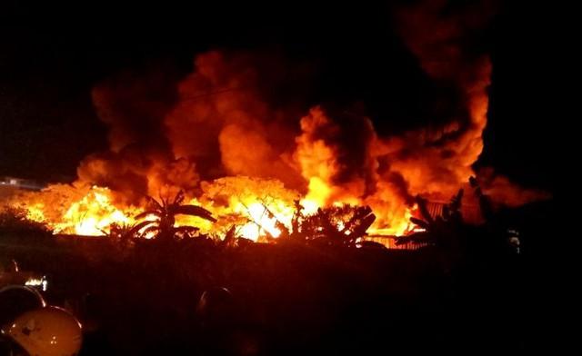 Ngọn lửa nhanh chóng lan rộng toàn bộ xưởng.
