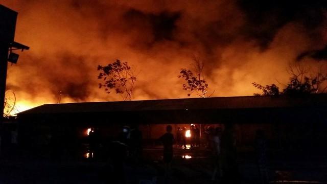 Các kho chứa hàng trong công ty không thể lấy được ra do ngọn lửa quá lớn