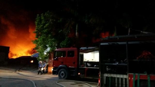 Lực lượng cảnh sát PCCC đang tích cực dập lửa