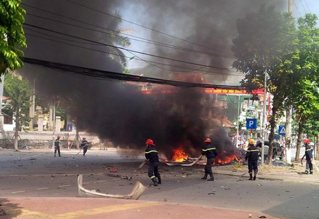 Lực lượng PCCC dập tắt đám cháy tại hiện trường. Ảnh: Tuấn Hương