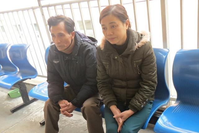 Bác ruột của Lam, ông Phùng Văn Phụng và bà Oanh lo lắng khi nghĩ đến bệnh của con và khoản tiền chữa bệnh.