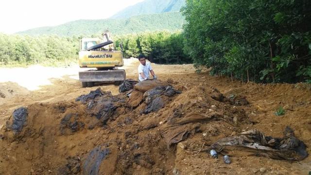 Con số bùn thải được chuyển ra khỏi Formosa lớn hơn rất nhiều so với con số 100 tấn theo thông tin ban đầu. Ảnh V. Định