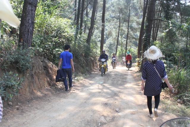 Cung đường chạy xe ôm cũng là đường hành hương dành cho khách đi bộ. Ảnh C.T