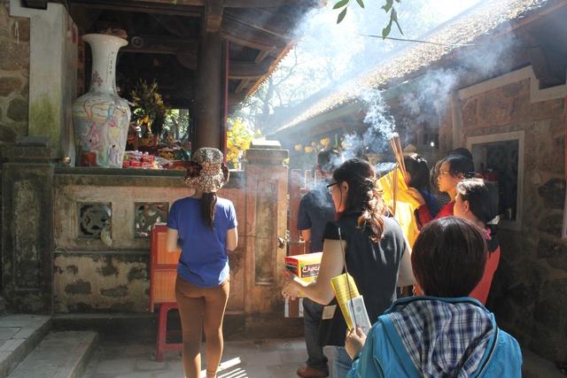 Đông đúc nhưng ai cũng tự sắp xếp cho mình một chỗ đứng phù hợp để hành lễ trong những ngày khai hội đầu năm tại chùa Hương tích. Ảnh C.T