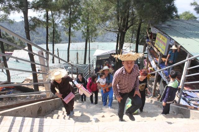 Sau chặng đường dài di chuyển bằng các loại hình nêu trên, du khách đến với chùa Hương tích nằm trên dãy núi Hồng để bái lễ. Ảnh C.T