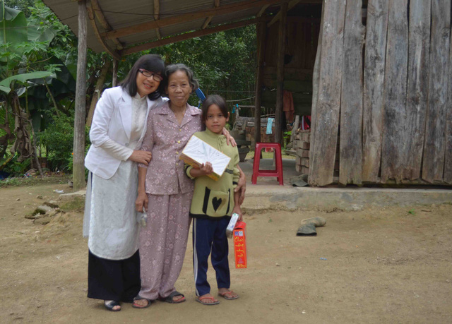 Bà Nguyễn Thị Anh Đào thăm và tặng quà Tết cho cháu Thúy và bà ngoại của cháu