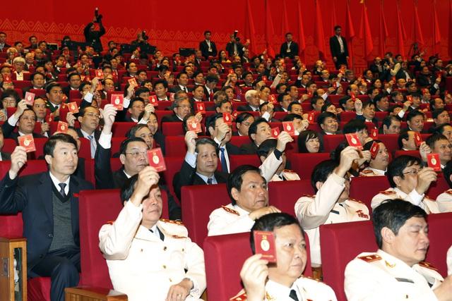 Các đại biểu biểu quyết thông qua Nghị quyết Đại hội XII. Ảnh: TTX