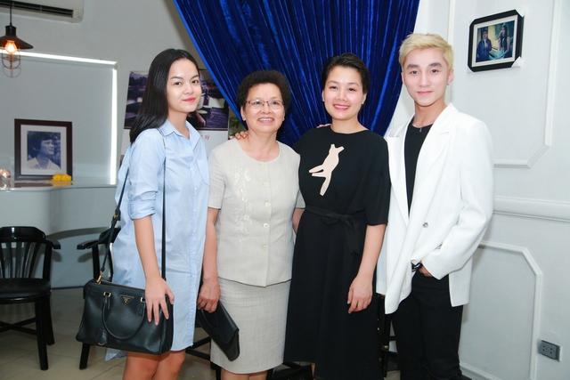 Các ca sĩ Sơn Tùng, Quỳnh Anh và gia đình nhạc sĩ An Thuyên (ảnh gia đình nhạc sĩ cung cấp).
