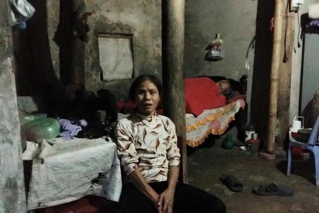 Bà Khương sống cùng bố trong căn nhà rách nát. Ảnh: S.Nguyễn