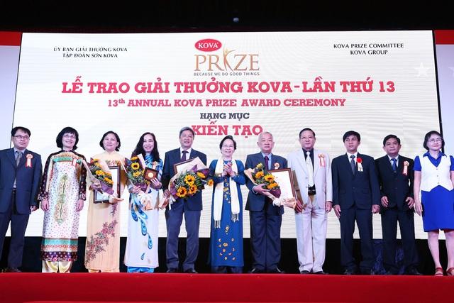 Nhóm nghiên cứu nhận Giải thưởng KOVA tháng 1/2016. Ảnh: TL