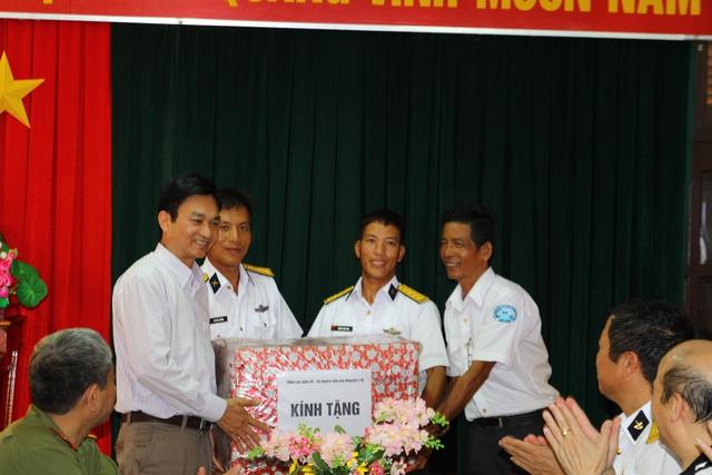 TS Lê Cảnh Nhạc tặng quà cho cán bộ, chiến sĩ trên đảo Đá Lớn A. Ảnh: Phùng Bình