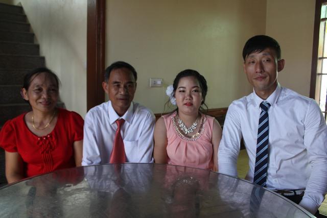Hải Yến và chồng chụp ảnh cùng bố mẹ. Ảnh: T.Quỳnh