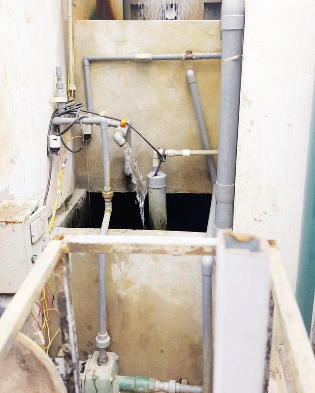 Không có nước, người dân biến hành lang nhà mình thành nhà máy… nước mini. Ảnh:P.B