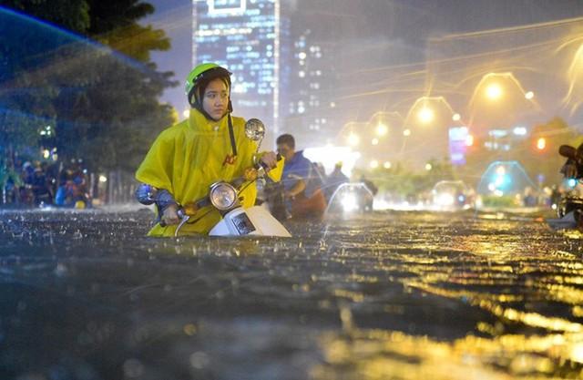 Hàng chục tuyến đường nước ngập đến nửa mét khiến nhiều phương tiện giao thông chết máy. Ảnh: Internet