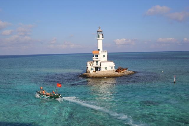 Ngọn hải đăng Đá Tây nhìn từ đảo Đá Tây B.